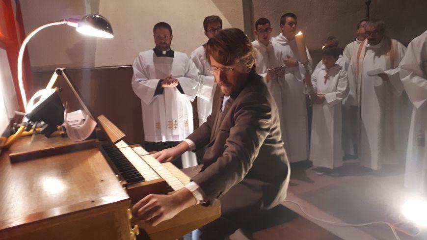 """L'organiste Romain Bastard a participé à la cérémonie inaugurale en improvisant au clavier, en faisant en sorte de montrer """"toutes les couleurs"""" de l'instrument"""