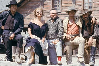 """Henri Fonda, Claudia Cardinale, Sergio Leone, Charles Bronson et Jason Robards sur le tournage de """"Il était une fois dans l'Ouest"""""""