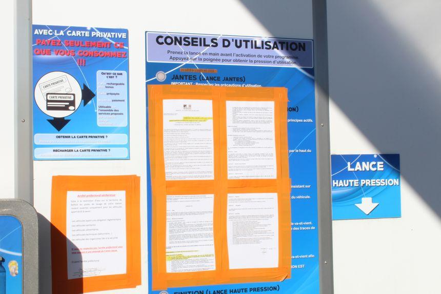 L'interdiction de laver sa voiture est affichée sur toutes les parois de cette station à Valdoie
