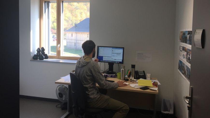 Deux ordinateurs, une tablette et internet à haut débit, Greg Eva a tout pour travailler dans du bureau de la pépinière du Châtelard