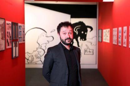 """Riad Sattouf posant dans son exposition de dessins, notamment ceux de sa BD """"L'Arabe du futur"""" au Centre Pompidou / Beaubourg, du 14 novembre au 11 mars 2019 (Paris, France)"""