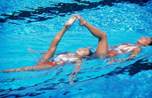 Le duo américain Candy Costie et Tracie Ruiz, médaille d'or de natation synchronisée lors des Jeux Olympiques d'été de Los Angeles en 1984, première édition où la discipline entre en compétition.