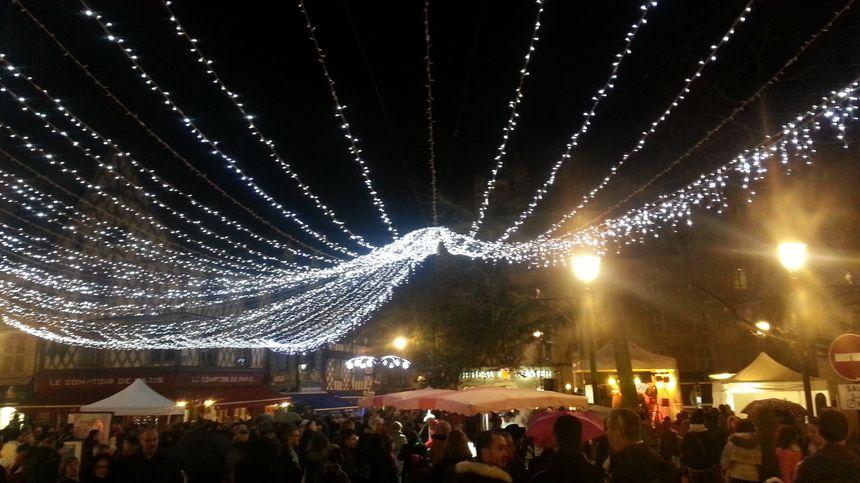 La place Gordaine, noire de monde pour le lancement des illuminations de Noël à Bourges.
