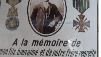 La plaque à la mémoire de Laurent Pochelu se trouve dans la petite chapelle d'Olhaïby. Découverte par Jean-Pierre Lafaurie