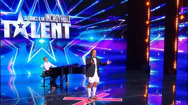 """Omar Hasan sur scène, dans l'émission """"La France a un incroyable talent"""""""
