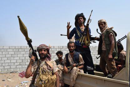 Forces gouvernementales yéménites soutenues par la coalition dirigée par l'Arabie saoudite, dans les faubourgs d'Hodeida début novembre 2018.