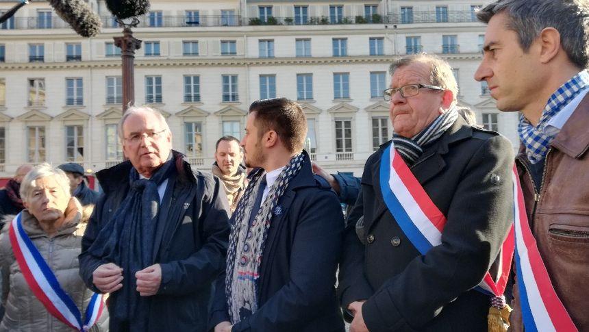 Les députés, dont François Ruffin de la France Insoumise (au 1er plan) sont allés à la rencontre du collectif