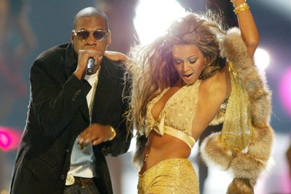 "Jay-Z et Beyoncé sur la scène des MTV Video Music Awards en 2003, année de parution du single ""Crazy in Love"", sur l'album ""Dangerously in Love"""