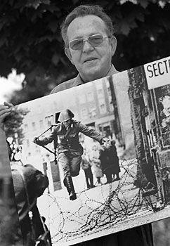 Le photographe allemand Peter Leibing et sa célèbre image du soldat Est-allemand Conrad Schumann sautant sur le Mur de Berlin.