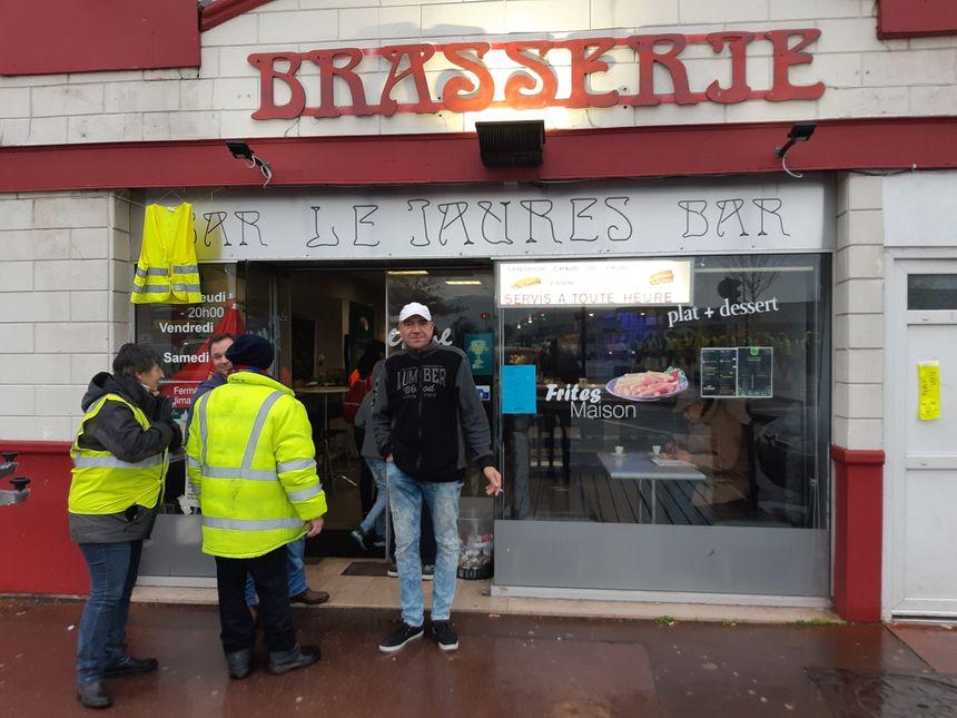 Un restaurateur affiche son soutien aux gilets jaunes, dans le quartier de la gare à Cherbourg.