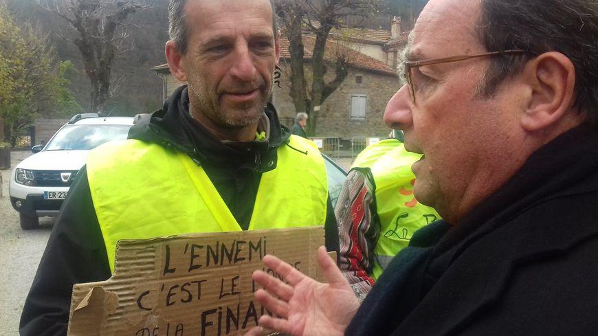 """L'ancien président de la République, François Hollande, à la rencontre de """"Gilets Jaunes"""" à Antraigues-sur-Volane (Ardèche) le 29 novembre 2018"""