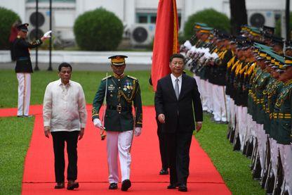 Le président chinois Xi Jinping accueilli par son homologue Rodrigo Duterte à son arrivée aux Philippines