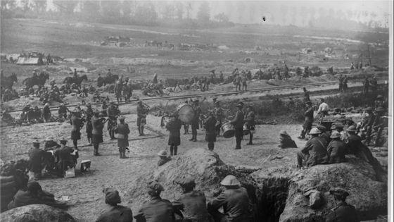 Les troupes anglaises se distraient en écoutant un pipe-band - 1916. Agence Rol