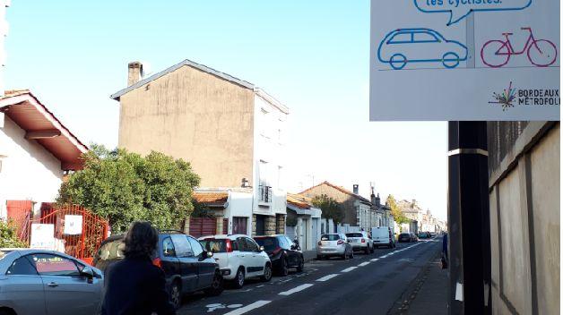 Rue Dandicolle à Bordeaux, les vélos ont la priorité sur les automobilistes.