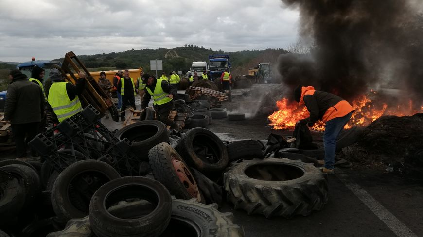 Au carrefour de Dions sur la nationale 106, des agriculteurs se sont joints au mouvement des gilets jaunes et ont bloqué une centaine de poids-lourds.
