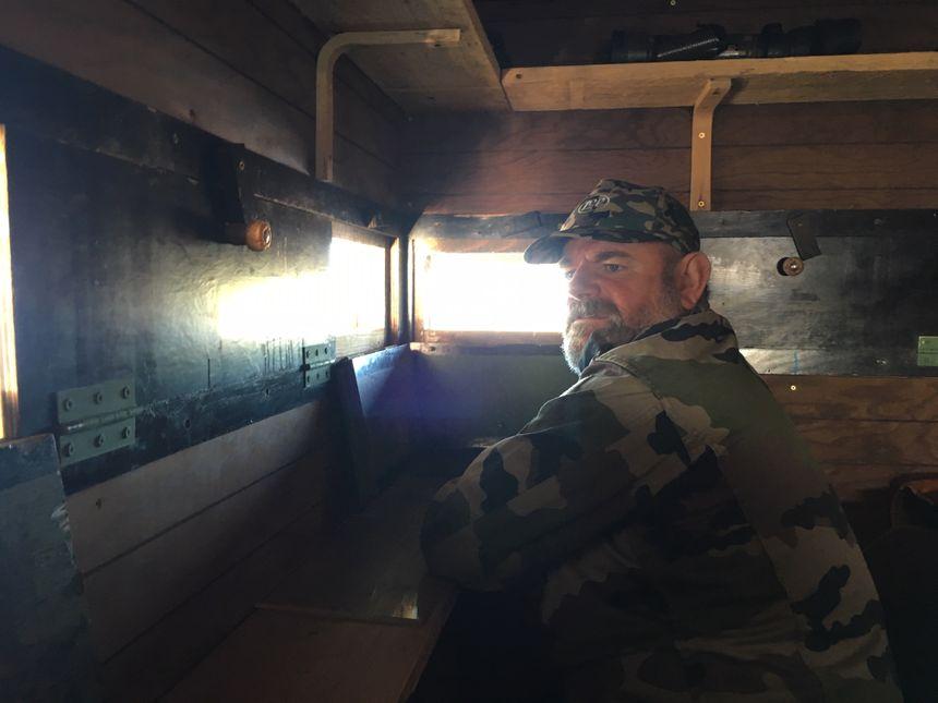 Yannick Suire passe près de trois mois par an, les nuits dans sa tonne, à surveiller les oies sauvages.