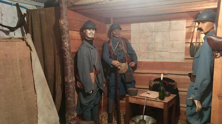 Dans le sous-sol de sa maison, Bernard a aménagé une tranchée et un lieu de vie des soldats.