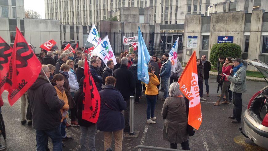 Les enseignants du second degré rassemblés devant la cité administrative de Laval, le lundi 12 novembre 2018