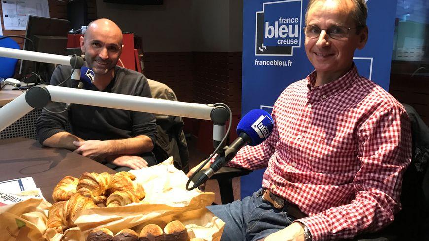 """""""Du bio, du levain, du fait-main"""" c'est le credo de la Tartine Berrichonne, créée par Pascal Barbin (à droite) et dont Bertrand Jouhanneau (à gauche) vend les spécialités sur le marché de Guéret"""