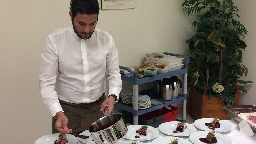 Pour la deuxième année consécutive, le chef étoilé Akrame Benallal vient à l'hôpital militaire Bégin pour préparer un repas d'exception pour des patients.