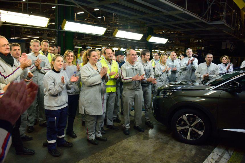 Les salariés écoutent le message vidéo que leur adresse le directeur de la marque Peugeot, Jean-Philippe Imparato