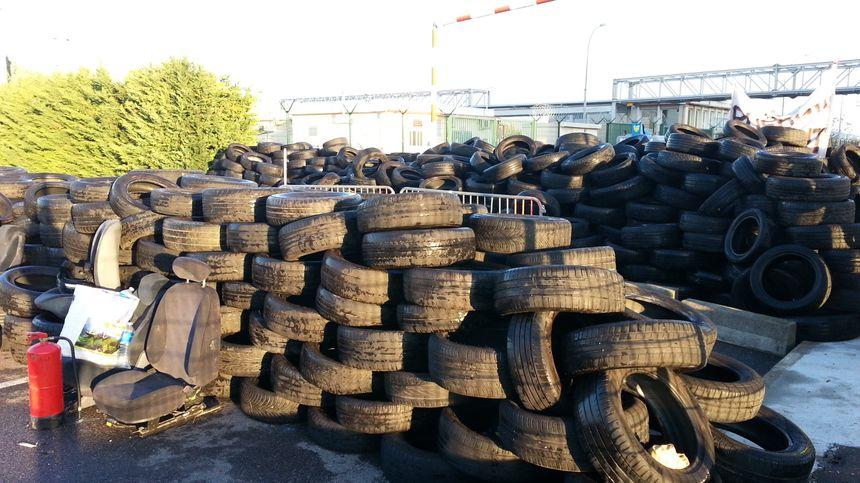 Des centaines de pneus bloquent complètement l'une des entrées du dépôt pétrolier.