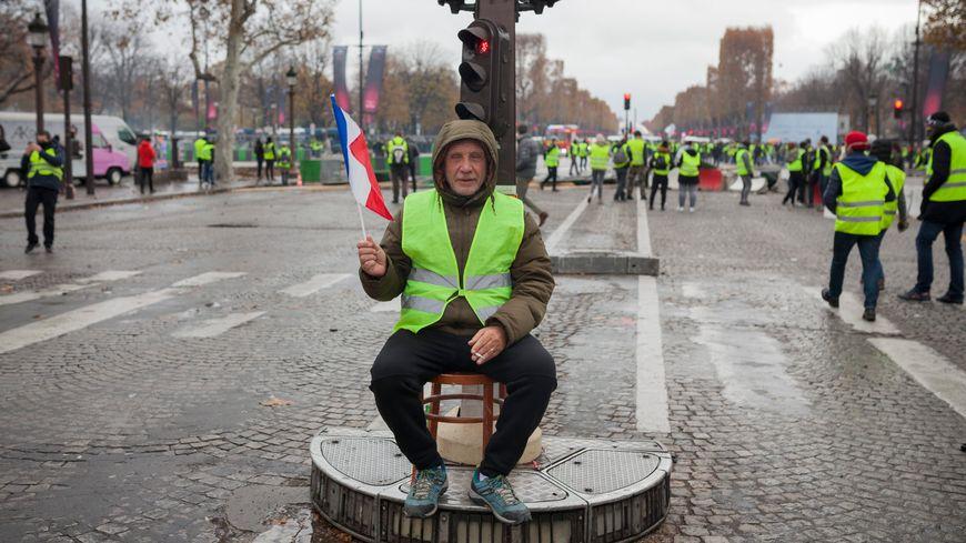 """Un """"gilet jaune"""" sur les Champs-Elysées à Paris, le 24 novembre 2018"""