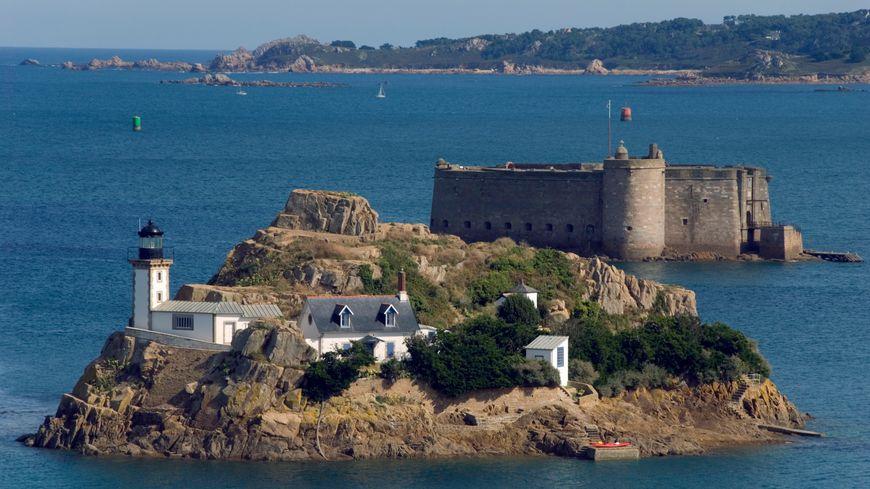 L'île Louët offre un confort frugal mais attire toujours de nombreux visiteurs.