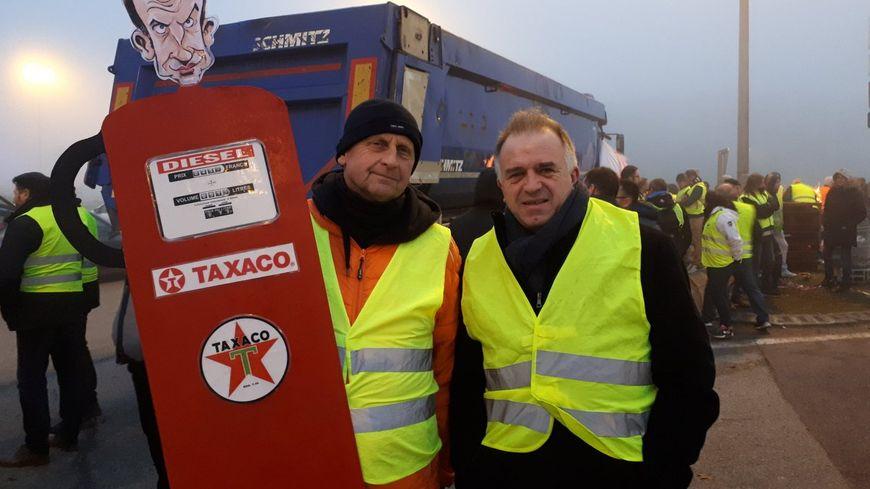 """Jean-Luc et Franck """"des citoyens lambda"""" viennent manifester contre le ras-le-bol général. """"En France il faut soit être très pauvre soit très riche. Entre les 2 on a rien."""""""