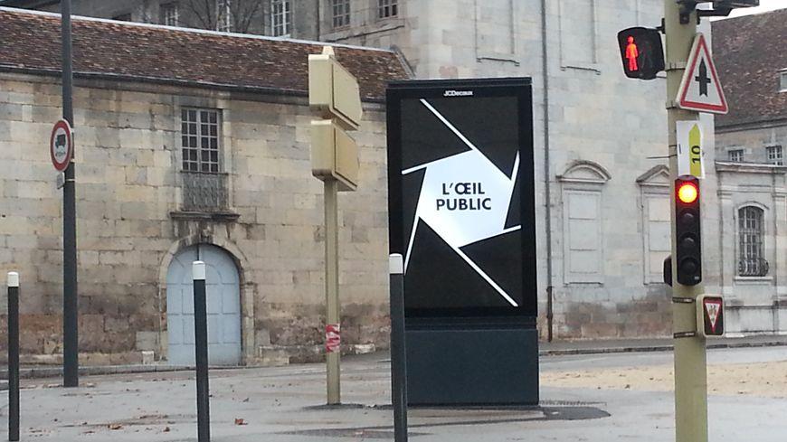 l'un des 10 nouveaux panneaux publicitaires numériques à Besançon, rue Charles Nodier.