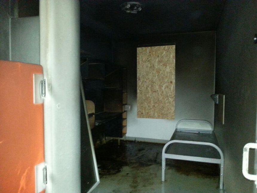 L'une des trois cellules incendiée en novembre 2016 - Radio France