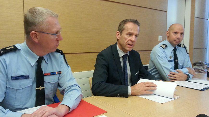 Le procureur de la République de Besançon Étienne Manteaux (au milieu) a tenu une conférence de presse ce mardi, entouré du général Éric Langlois et du colonel Olivier Leblanc.
