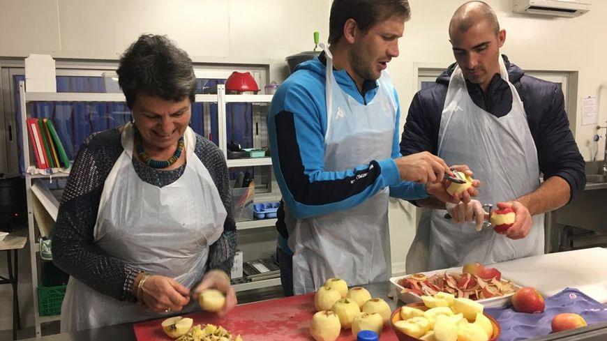 François Steyn et Ruan Pienaar secondent Mireille dans la fabrication du dessert, un crumble aux pommes.