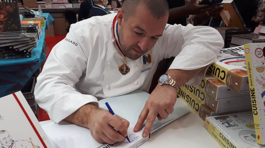 Guillaume Gomez, chef cuisinier de l'Elysée, en pleine dédicace, au Salon du livre gourmand de Périgueux, le 24 novembre 2018