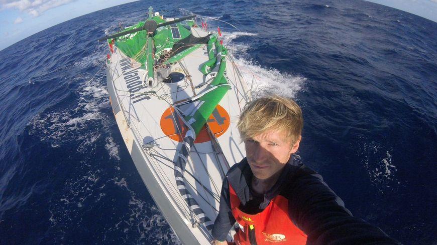 Route du Rhum : sans son mât, Maxime Sorel fait route vers Les Canaries
