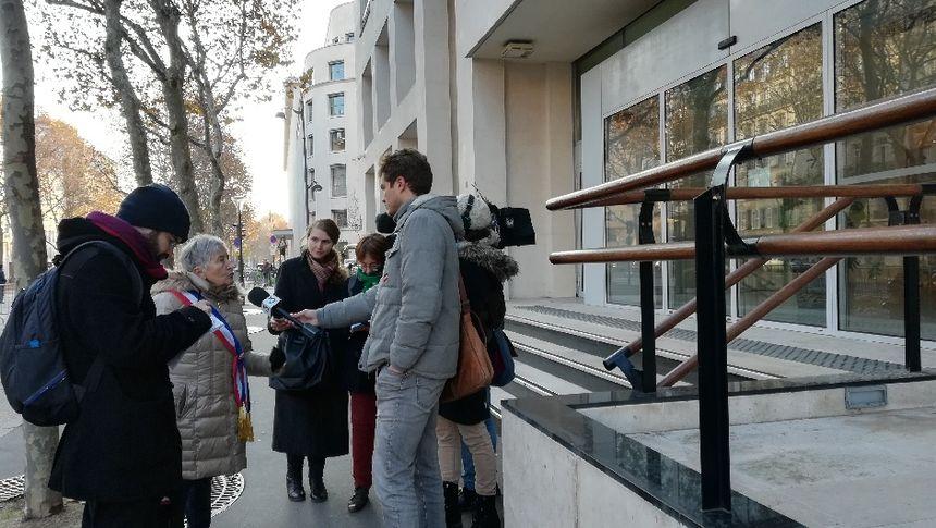 Annick Gombert maire du Blanc, répond aux questions des journalistes après avoir remis sa lettre