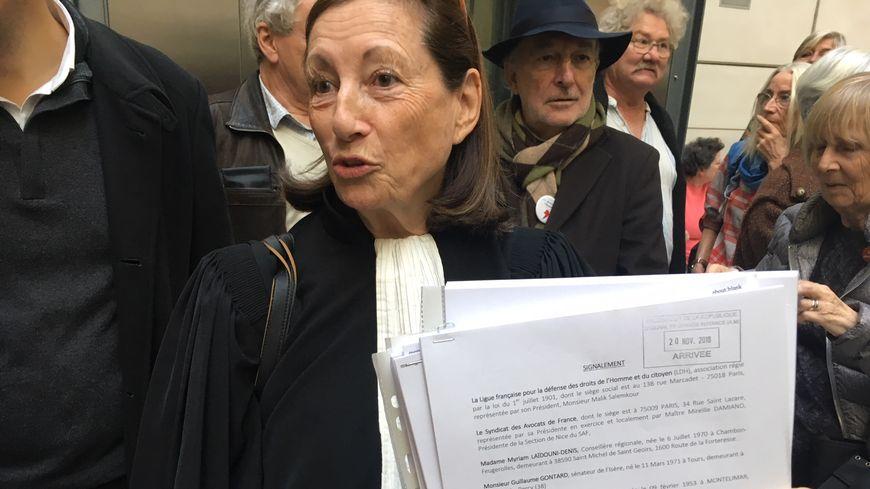 L'avocate Mireille Damiano, du syndicat des avocats de France, brandit le dossier déposé au préfet des Alpes-Maritimes.