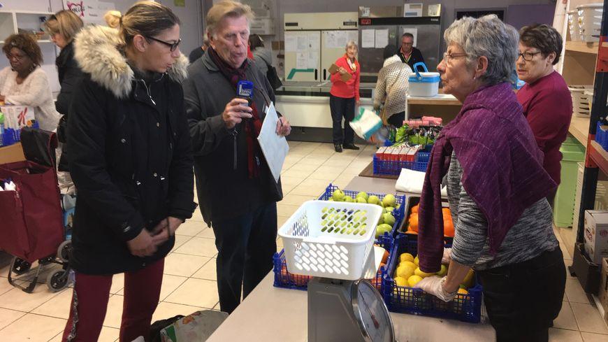 Depuis lundi, les bénévoles des Restos du coeur se sont lancés dans la 34e campagne d'hiver. Ils sont une soixantaine à se relayer au centre de Laleu à La Rochelle chaque semaine.