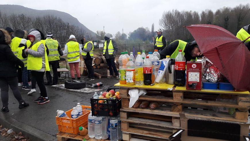 """Les militants qui bordent le """"rond-point du Minotaure"""" à Voreppe ont organisé un petit camp de base avec quelques provisions"""