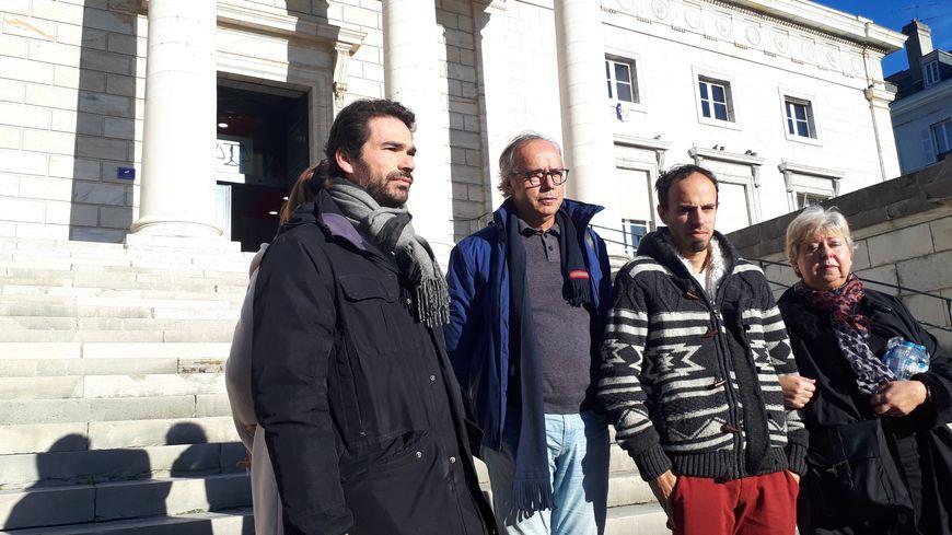 Les parents et le frère d'Emeline avec leurs avocats