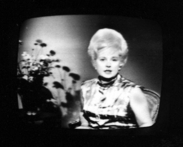Photo de Catherine Langeais,l'une des premières speakerines de la télévision française, prise sur un écran de télévision, dans les premières années de l'ORTF.