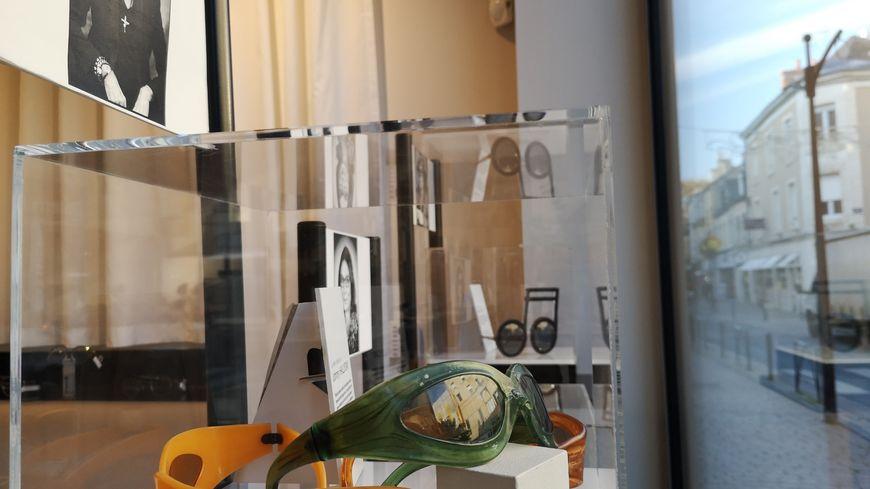 """Trois paires de lunettes ayant appartenu à Johnny Hallyday trônent en vitrine du magasin """"Vision d'ailleurs"""" à Châteauroux."""