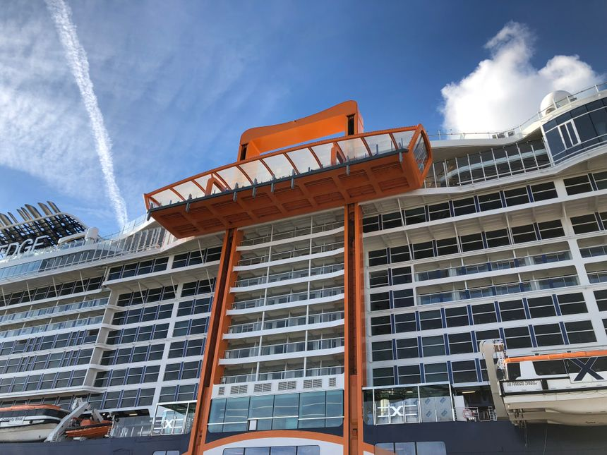 Le Magic Carpet (sorte d'ascenseur orange)  est la grande innovation du paquebot, il sert de restaurant comme de débarcadère