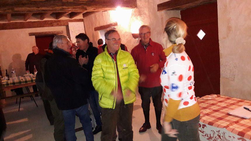 """Le """"blaireau"""" Benard Hinault, quintuple vainqueur du Tour de France, et tout jeune chasseur a remis le maillot à pois de Julian Alaphilippe à la propriétaire du terrain de chasse"""