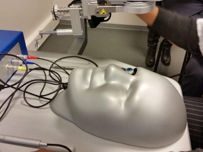 Le simulateur est équipé d'un crâne artificiel.