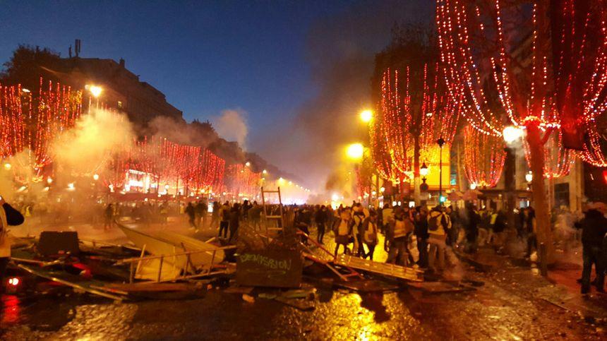 Sur les Champs-Élysées, on déplore beaucoup de dégâts matériels après la manifestation.
