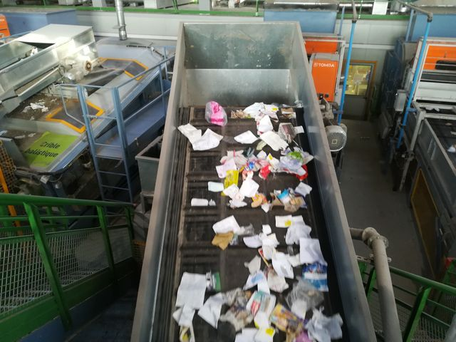 Ce qui est trié par les machines est ensuite vérifié à par des employés