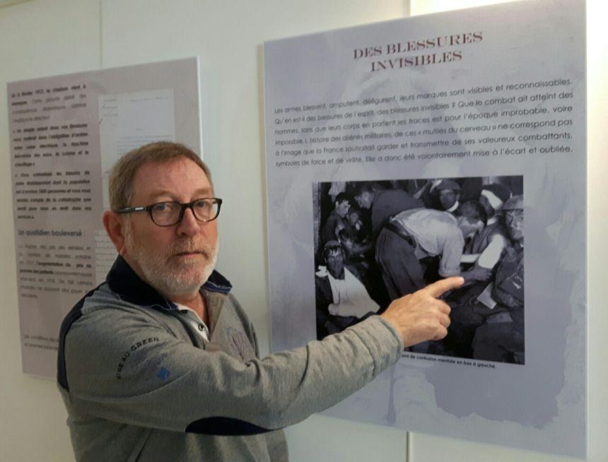 Michel Touchard directeur de l'Etablissement Régional de Formation des Professions Paramédicales d'Avignon et du Vaucluse devant les panneaux de l'exposition