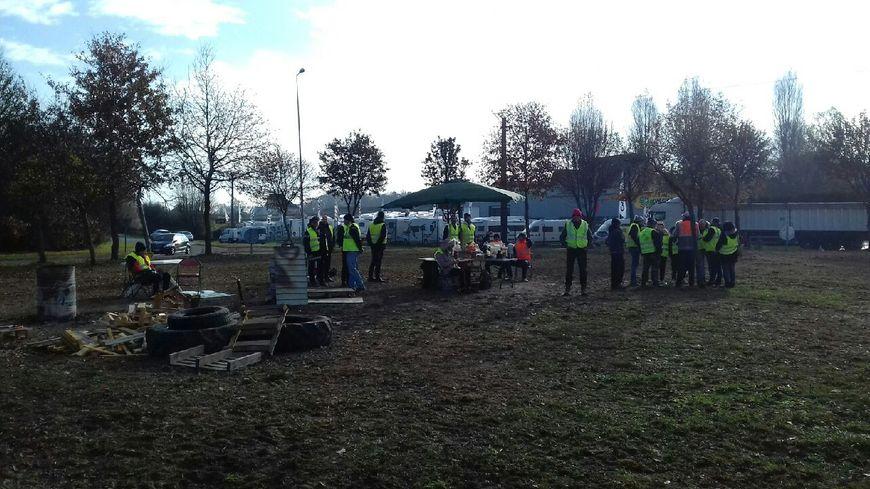 """Les Gilets Jaunes organisent un pique-nique géant à Saint-Berthevin sur le rond-point dit """"des caravanes"""" ce samedi"""