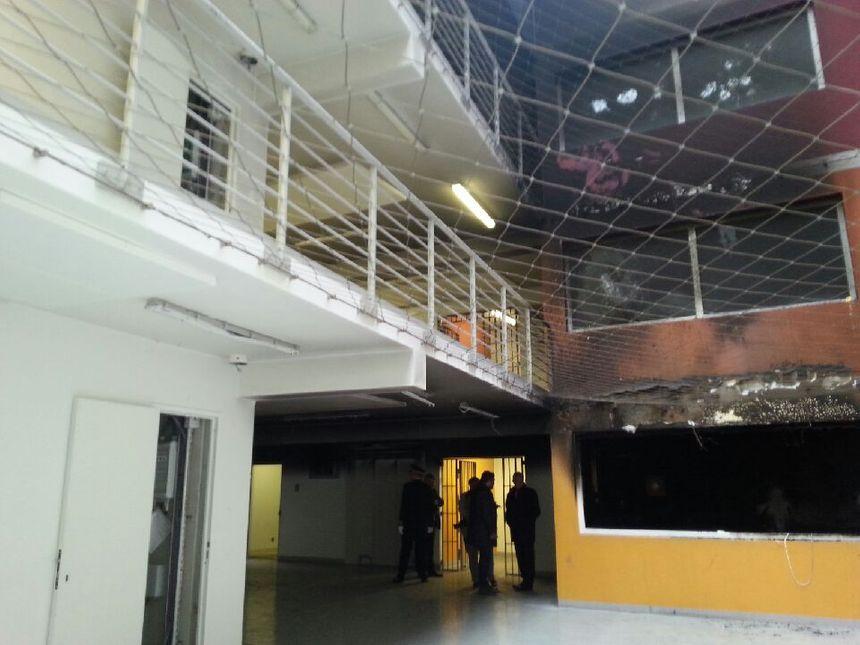 Bâtiment incendié lors de la Mutinerie du 27 novembre 2016 - Radio France